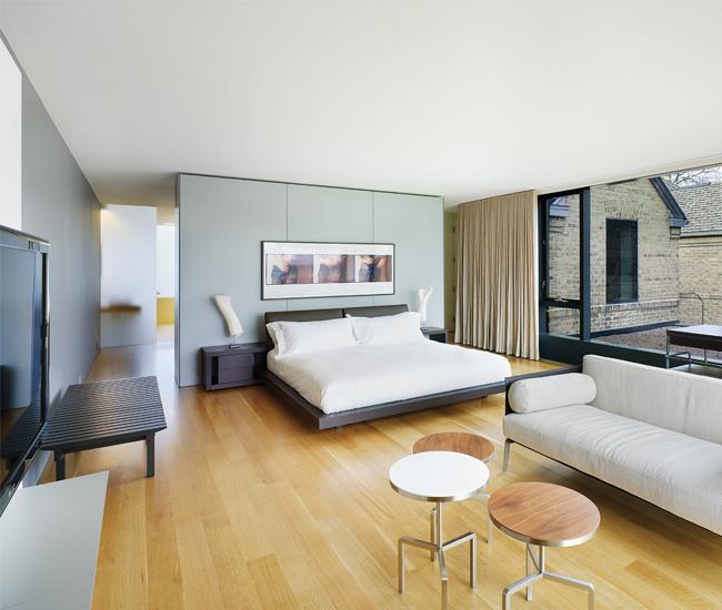 Windows span 10 metres in the master bedroom, affording northeast views of the neighbourhood.